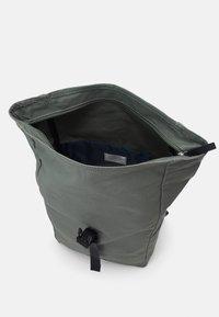 Sandqvist - KAJ UNISEX - Batoh - dusty green/navy - 2