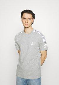 adidas Originals - TECH TEE UNISEX - T-shirt imprimé - medium grey heather - 0