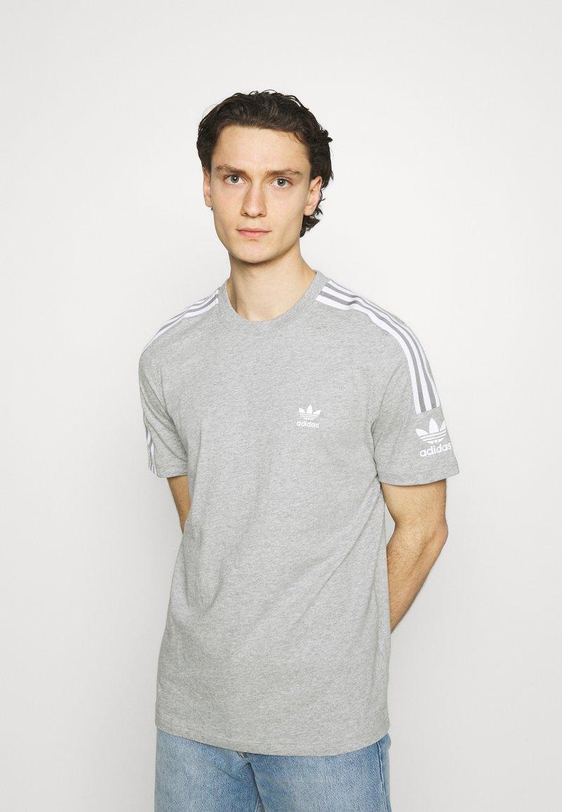 adidas Originals - TECH TEE UNISEX - T-shirt imprimé - medium grey heather