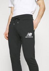 New Balance - ESSENTIAL STACK LOGO  - Spodnie treningowe - black - 3