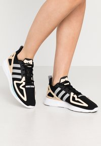 adidas Originals - ZX 2K FLUX - Baskets basses - core black/grey two/glow orange - 0