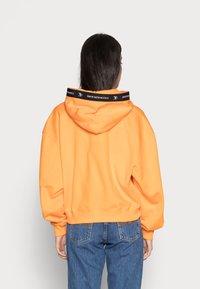 Calvin Klein Jeans - TAPING HOODIE - Sweat à capuche - island orange - 2