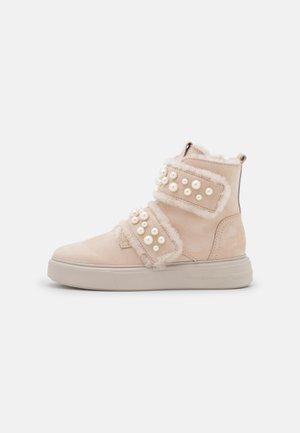 PRO - Kotníkové boty - desert