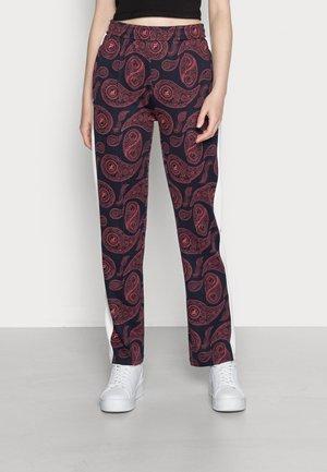 CALISTE SLIM TRACK PANTS - Spodnie treningowe - baroque rose allover/blanc de blanc/back iris