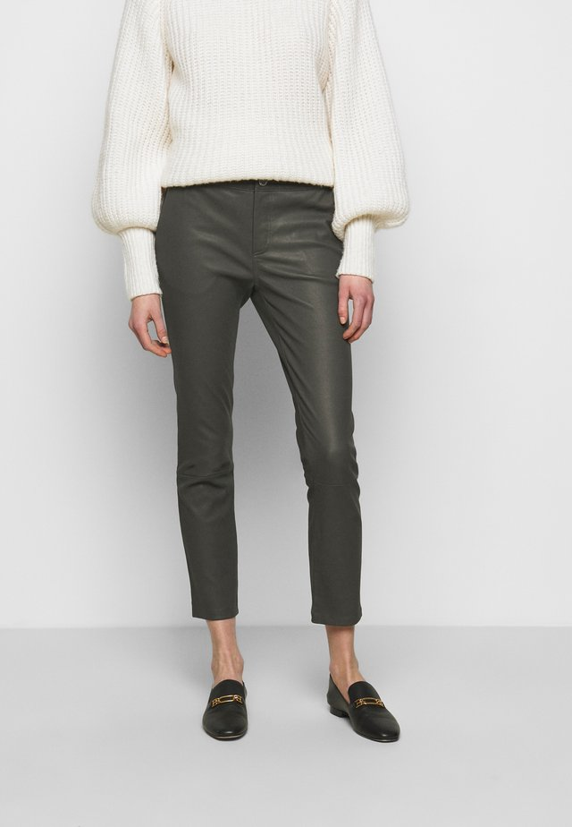 LEYA - Spodnie skórzane - understated black