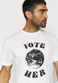 Patagonia - VOTE HER - Printtipaita - white - 3