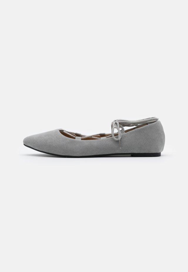 Ballerinat nilkkaremmillä - grey