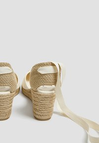 PULL&BEAR - KEILABSATZSCHUHE MIT BEIGER SCHLEIFE 11511540 - Sandalen met sleehak - beige - 4