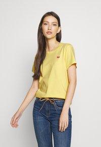Levi's® - PERFECT TEE - T-shirts med print - pale banana - 0