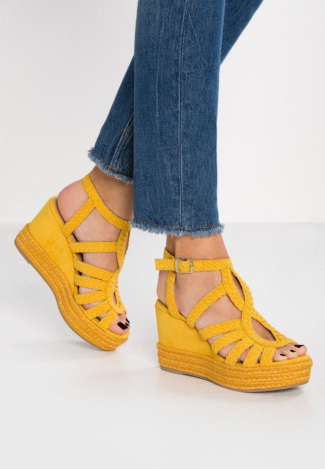 Sandály na vysokém podpatku - old yellow