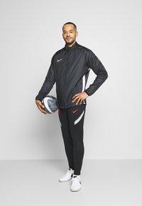 Nike Performance - LIVERPOOL FC DRY K PANT - Equipación de clubes - black/wolf grey/laser crimson - 1
