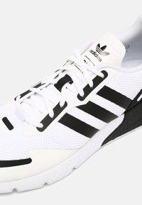 adidas Originals - ZX 1K BOOST UNISEX - Matalavartiset tennarit - white/black/silver - 4