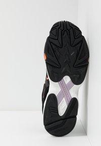 adidas Originals - YUNG-96 CHASM - Zapatillas - core black/semi coral - 4