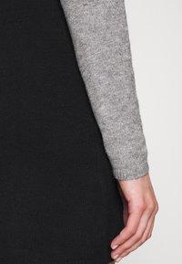 ONLY - Stickad klänning - medium grey melange/black - 5