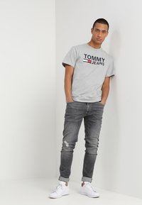 Tommy Jeans - CLASSICS LOGO TEE - T-shirt con stampa - grey - 1