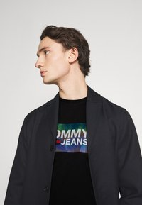 Tommy Jeans - TEE CENTRE LOGO - T-shirt con stampa - black - 3