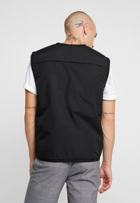 Glorious Gangsta - SOLOMON UTILITY VEST - Väst - black - 2