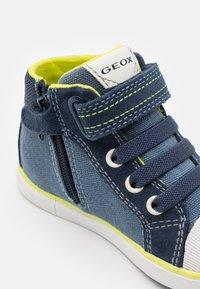 Geox - KILWI BOY - Babyschoenen - navy/fluo yellow - 5