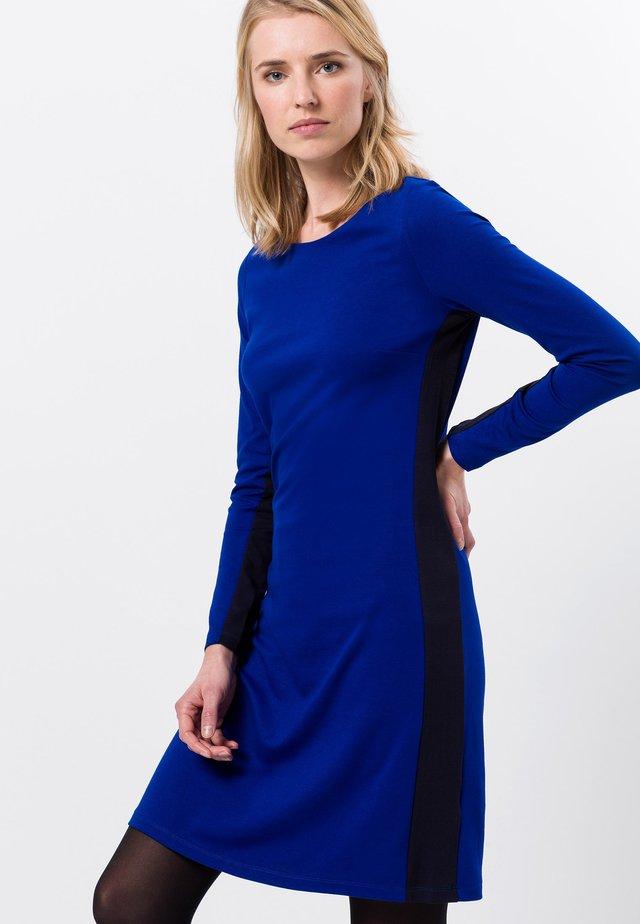 MIT STREIFEN - Gebreide jurk - true blue