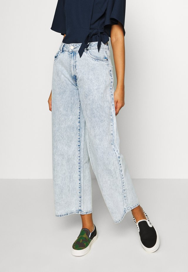 NMANNA WIDE  - Straight leg jeans - light blue denim