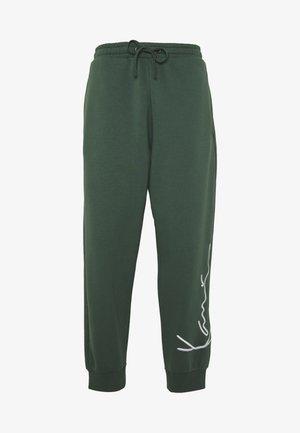 SIGNATURE RETRO PANTS - Pantalon de survêtement - green