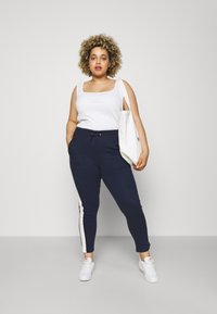 CAPSULE by Simply Be - SIDE STRIPE  - Tracksuit bottoms - navy/ivory - 1