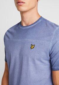 Lyle & Scott - OMBRE T-SHIRT - T-shirt med print - navy - 4