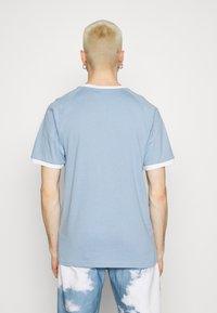 adidas Originals - STRIPES TEE - T-shirt z nadrukiem - ambient sky - 2