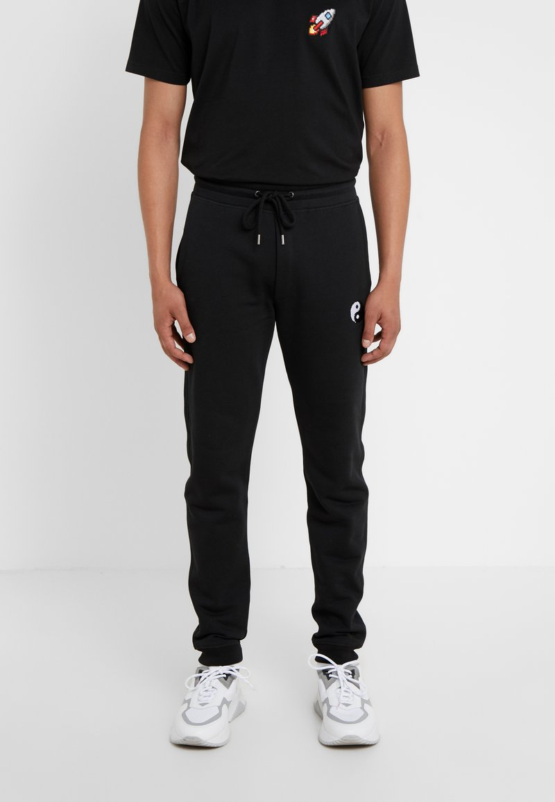 Bricktown - PANTS MAN SMALL YIN YANG - Jogginghose - black