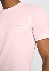Calvin Klein - CHEST LOGO - T-shirt basic - pink - 5