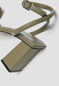 PULL&BEAR - GESTEPPTE - Sandały na obcasie - khaki - 3