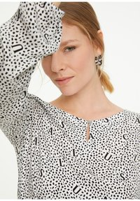 comma casual identity - LETTERING-DRUCK - Long sleeved top - white aop - 2