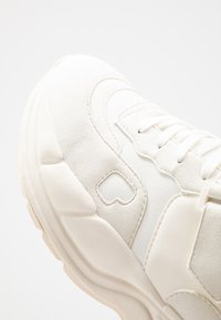Tommy Hilfiger - LEWIS HAMILTON VARSITY CHUNKY MID SNEAKER - Vysoké tenisky - white - 5
