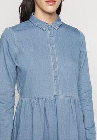 Vero Moda Tall - VMMARIA FRILL DRESS - Denimové šaty - light blue denim - 5