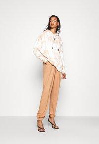 Missguided - BASIC - Teplákové kalhoty - camel - 1