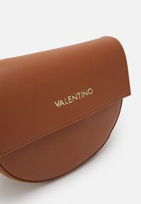Valentino Bags - BIGS FORMER BIGFOOT - Across body bag - cuoio - 4