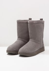 UGG - CLASSIC SHORT WATERPROOF - Classic ankle boots - metal - 3
