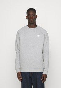 adidas Originals - ESSENTIAL CREW - Sweatshirt - medium grey heather - 0