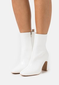 RAID Wide Fit - WIDE FIT HURSTON - High heeled ankle boots - white - 0