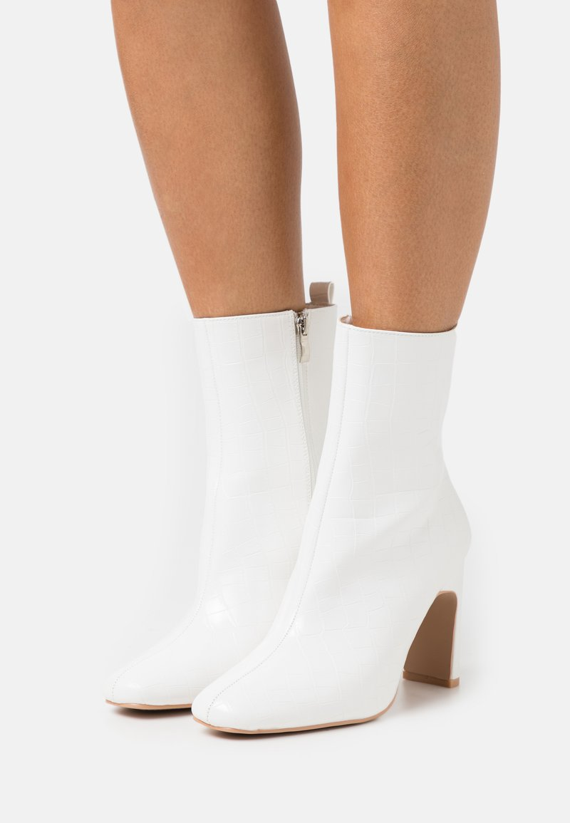 RAID Wide Fit - WIDE FIT HURSTON - High heeled ankle boots - white