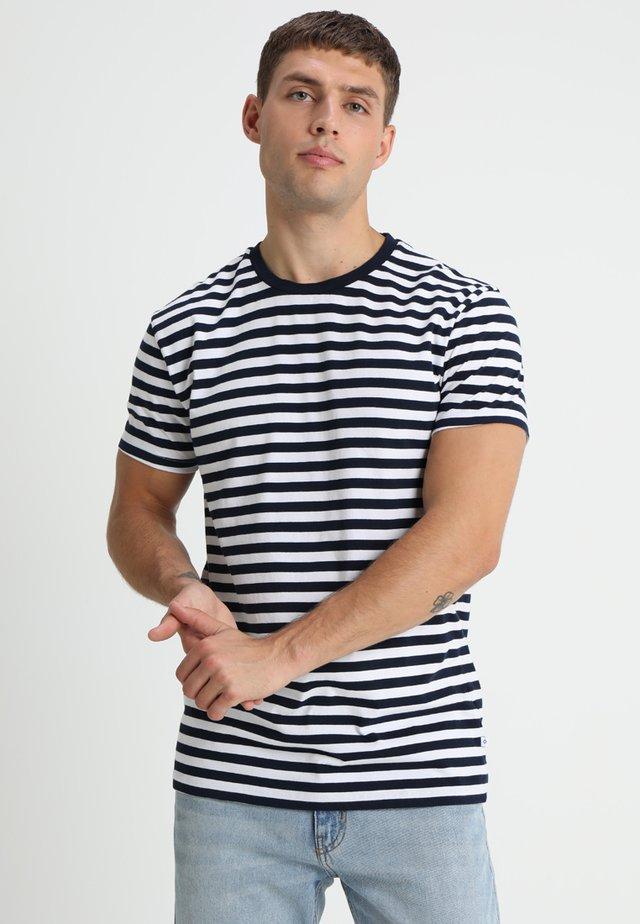 PATRICK - T-shirt con stampa - sapphire/white
