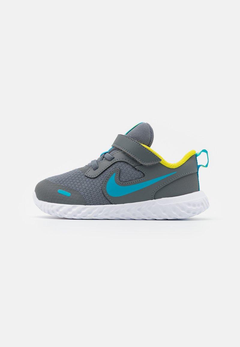 Nike Performance - REVOLUTION 5 UNISEX - Hardloopschoenen neutraal - smoke grey/chlorine blue/high voltage/white