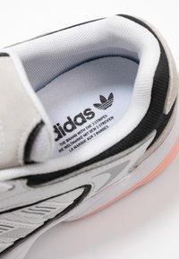 adidas Originals - FALCON 2000  - Sneakersy niskie - grey one/glover pink/core black - 2