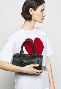Love Moschino - TOP HANDLE CROC BAGUETTE CROSSBODY WITH TONAL CHAIN - Handbag - nero - 1