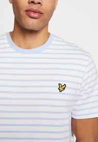 Lyle & Scott - BRETON STRIPE  - T-shirt med print - pool blue/ white - 4