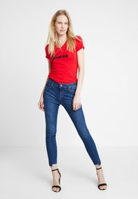 Guess - SLIM FIT - T-shirt con stampa - tomato juice