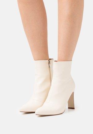 TAMIKA - Kotníkové boty - cream