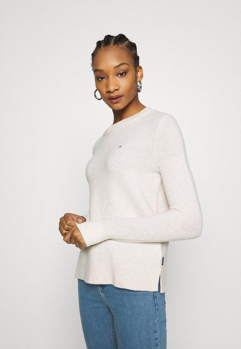 Calvin Klein - FLUFFY CREW NECK  - Svetr - pale taupe melange