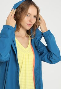 Vaude - WOMANS ESCAPE LIGHT JACKET - Waterproof jacket - kingfisher - 5