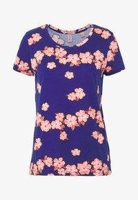 Scotch & Soda - PRINTED BOXY FIT TEE - T-shirts med print - blue/pink - 4